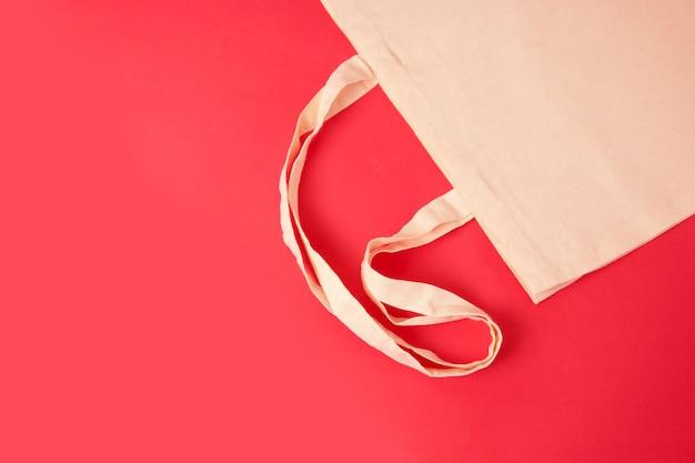 Сумка холстина tote eco, мешок покупок на красочной красной предпосылке. ноль отходов концепции.