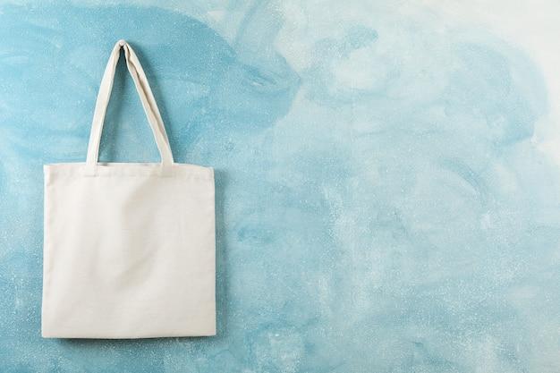 Хлопковая сумка tote на цветной стене