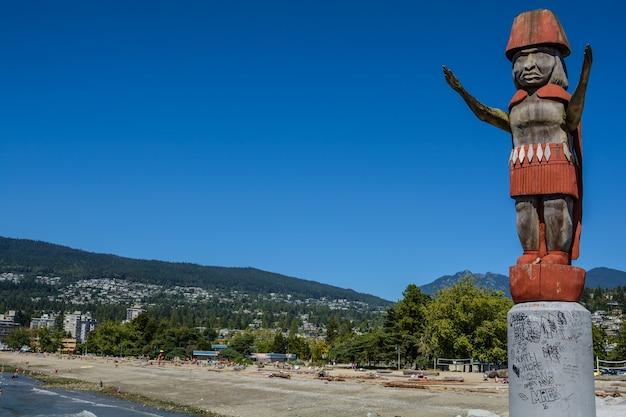 노스 밴쿠버의 산을 배경으로 한 토템 기둥