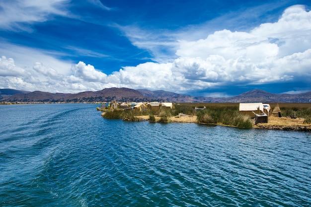 Лодка totora на озере титикака недалеко от пуно, перу