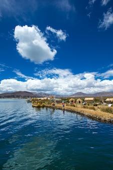 プーノ、ペルー近くのチチカカ湖のトトラ船