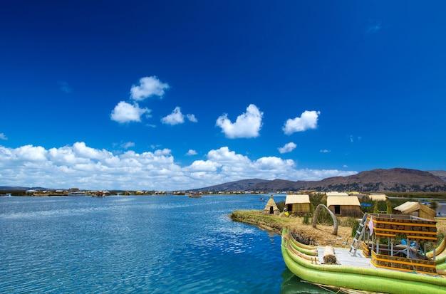 ペループーノの近くのチチカカ湖のトトラボート
