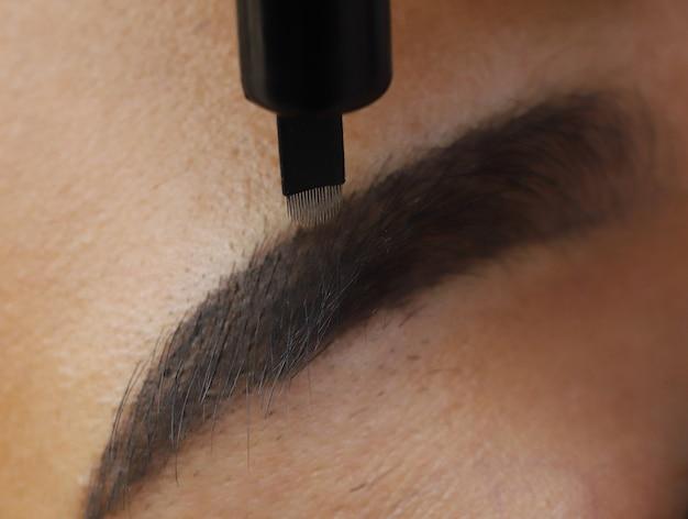 Нанесение перманентного макияжа tottoo microblading до бровей