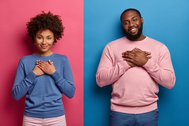 La sorella e il fratello dalla pelle scura, toccati, apprezzano la cura dei genitori, il sostegno costante, tengono i palmi delle mani sul cuore, esprimono gratitudine e sentimenti calorosi