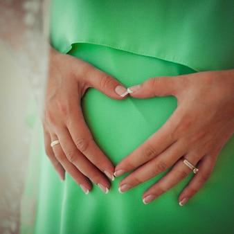 若い触れる優しい妊娠人