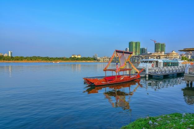 푸른 하늘이 있는 푸트라자야 호수의 부두에서 보트와 크루즈 여행