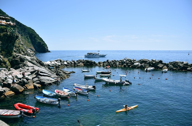Экскурсионные катера у побережья монтероссо