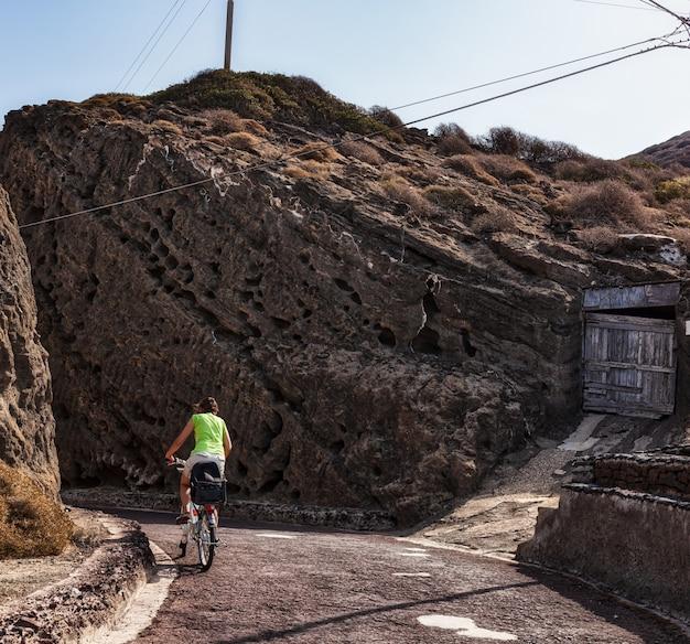 Путешествие на велосипеде по улицам линозы в летний сезон, сицилия.