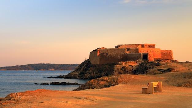 황금 시간에 남부 프랑스 hyeres 근처의 퐁듀 요새 중세 요새 투어