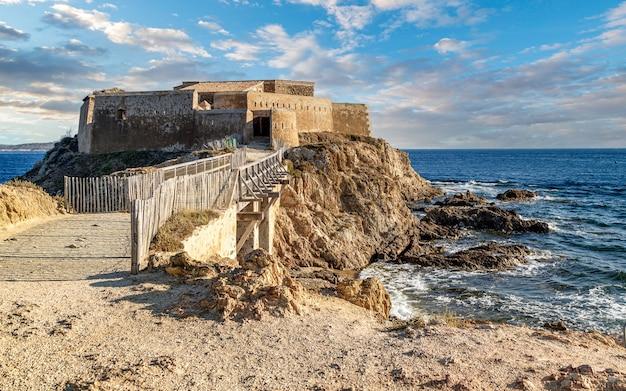 프랑스 남부 하이에르 근처의 중세 요새인 퐁듀 요새를 둘러보세요.