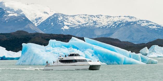 Tourboat in lake argentino, los glaciares national park, santa cruz province, patagonia, argentina