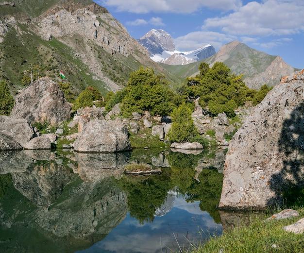 タジキスタンの観光、ファン山地の湖、美しい夏の景色。