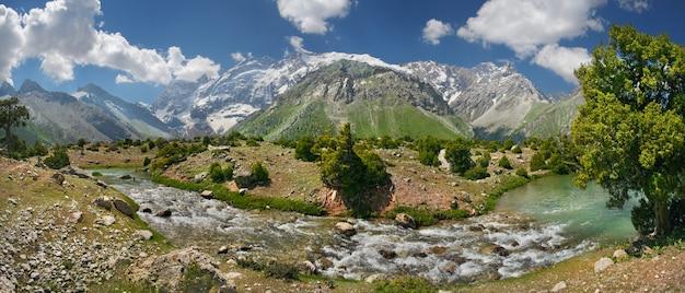 タジキスタンの観光、ファン山地の谷、パノラマ。山の川、雪をかぶった山頂。
