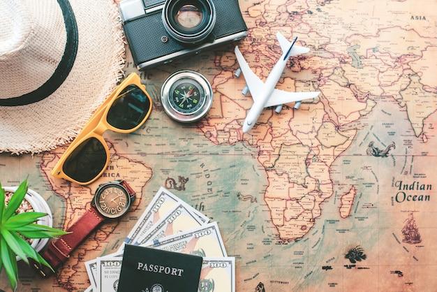 Планирование туризма и оборудование, необходимое для поездки на карте