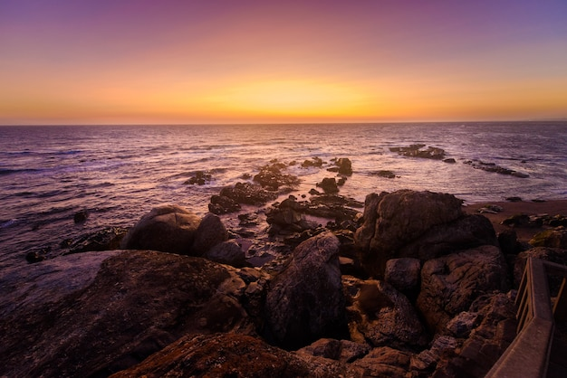 Туристическая поездка в португалию, порту, знаменитый мысом капела-ду-сеньора-педра.