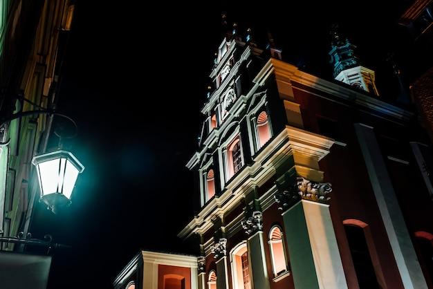 Туристическая зона старого города в ночное варшава польша
