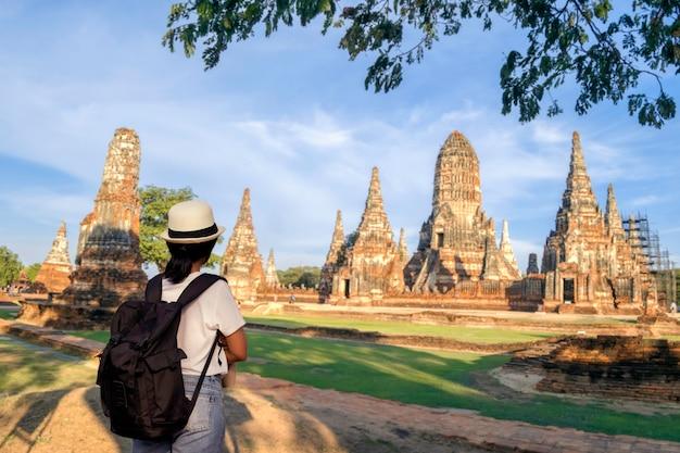 バックパックを運ぶ観光アジア女性。アユタヤの寺院についてchaiwatthanaram寺院で。リラックスしてコンセプト旅行。
