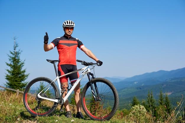 Турист байкер на велосипеде с жестом