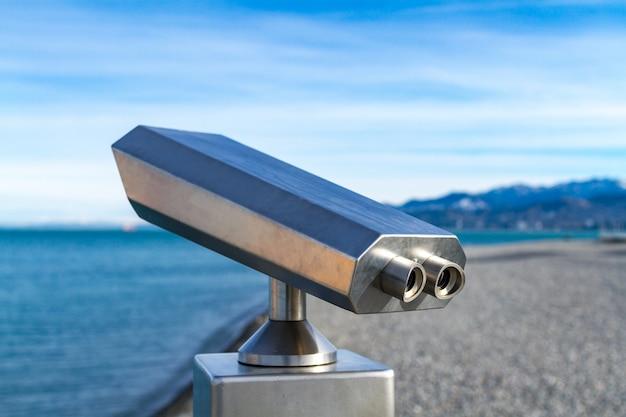 黒海、青い空、ジョージア州バトゥミの山々を一望する観光双眼鏡