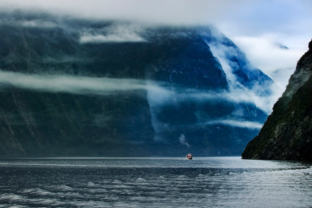 ミルフォードサウンドフィヨルドランド国立公園サウスランドニュージーランドでの観光船クルージング