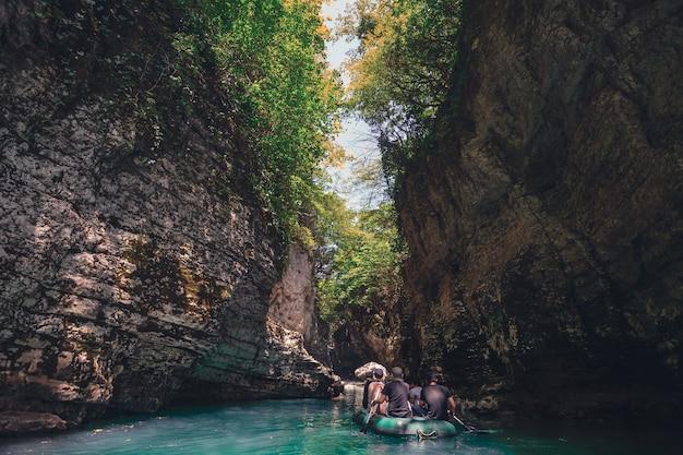 조지아의 martvili 협곡에서 관광 보트 푸른 물 산 강 장소가 있는 아름다운 협곡