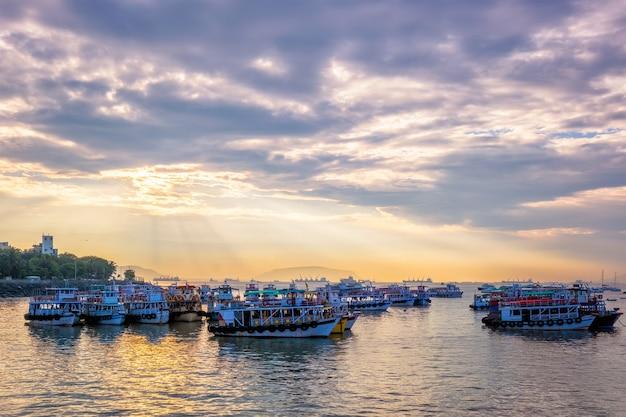 Туристические лодки в море на восходе солнца в мумбаи, индия