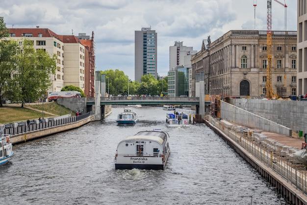 ミッテ地区のシュプレー川の観光船。ベルリン、ドイツ。ヨーロッパ旅行。