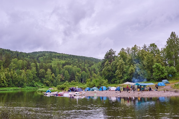Туристический лагерь на реке. палатки под голубым небом. сплав по горной реке. река белая республика башкирия 03.07.2019