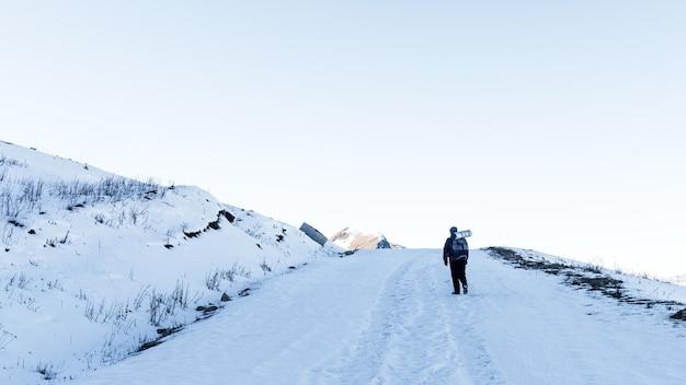 山の雪道の観光登山家