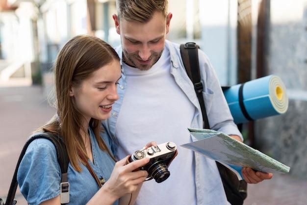 Coupé turistico all'aperto con la mappa e la macchina fotografica
