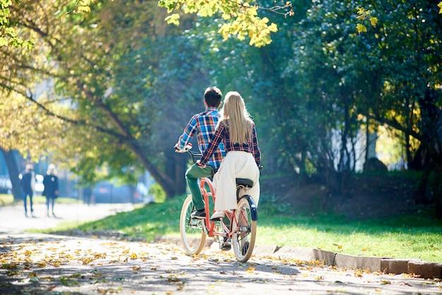 Туристическая пара на велосипеде