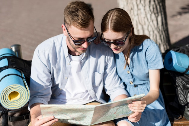 方向の地図を見て観光客のカップル