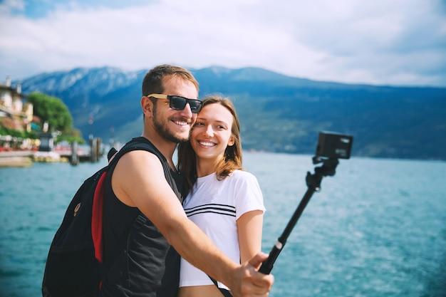 이탈리아 유럽 가르다 호수(lake garda italy)에서 모션 카메라로 셀카 사진을 찍는 연인들의 관광 커플