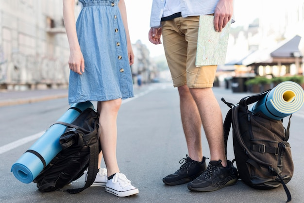 Туристическая пара на улице с рюкзаками