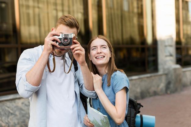 Coppie turistiche che prendono le immagini con la macchina fotografica