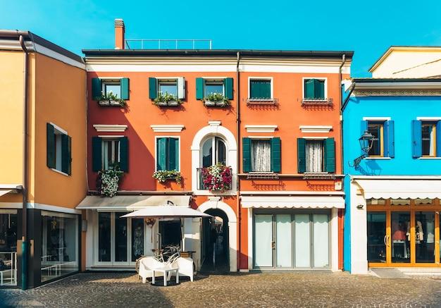 アドリア海沿岸のイタリアのカオルレの古い地方の町の観光地区