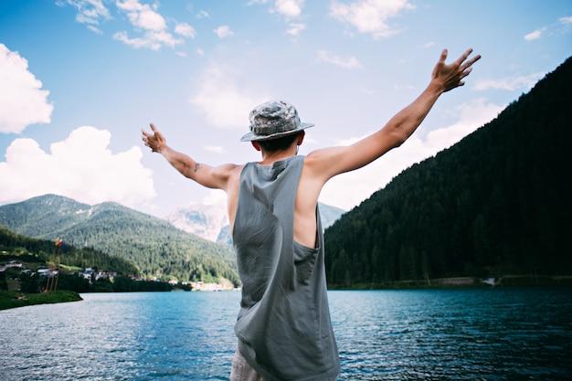 Турист, наслаждающийся природным пейзажем