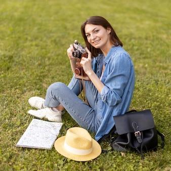 休日に写真を楽しむ観光客