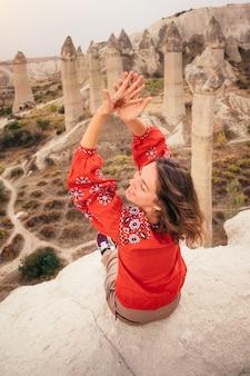 Турист, наслаждаясь видом на каньон долины любви в каппадокии, турция
