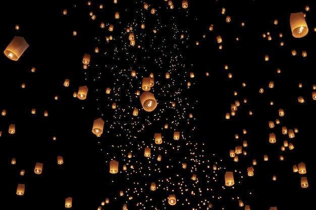 Туристические плавающие небесные фонарики в фестивале лой кратонг, чианг май, таиланд