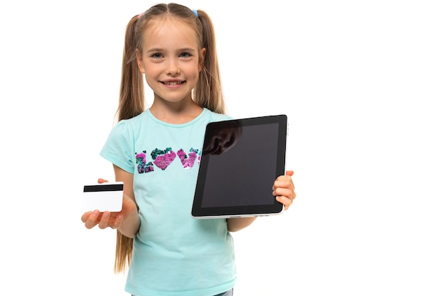 Туристическая девушка держит кредитную карту с макетом и смартфон для заказа тура на белом фоне.
