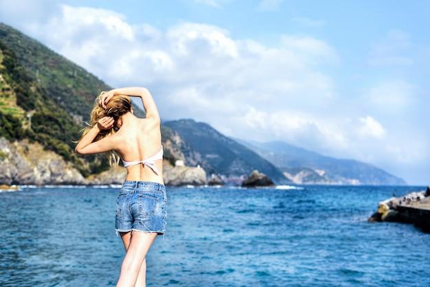 Туристическая девушка в монтероссо аль-маре итальянская ривьера.