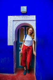 Туристическая девушка возле двери с восточным декором.