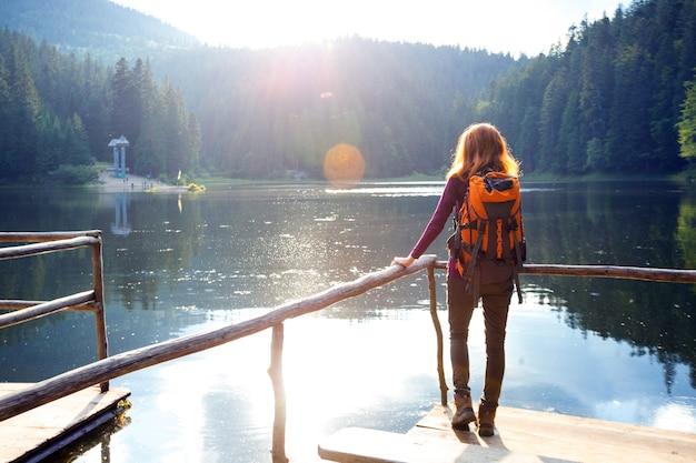 일몰에 산 호수 synevyr에 관광 소녀. carpathians, 우크라이나.