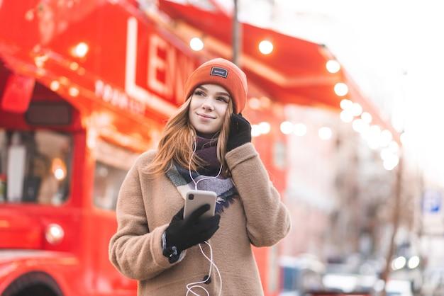 도시 주위를 산책하는 관광 소녀