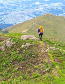 관광 소녀와 산의 전망