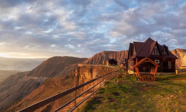 Туристический гостевой дом на плато хунзах на закате в дагестане. концепция путешествия. панорамный вид.
