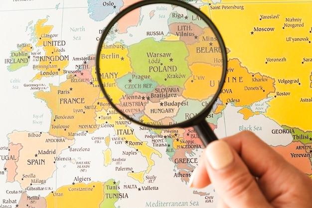 ポーランドの虫眼鏡を持って観光客 Premium写真