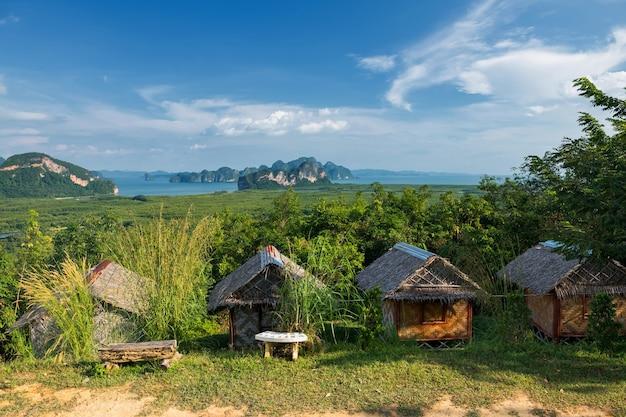 Samed nangchee phang nga 근처 toh li 관점의 산에 있는 관광 오두막