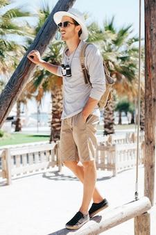 Турист в солнечный день